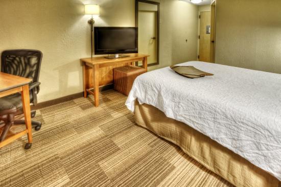 Hampton Inn Memphis-Poplar: Guest Room
