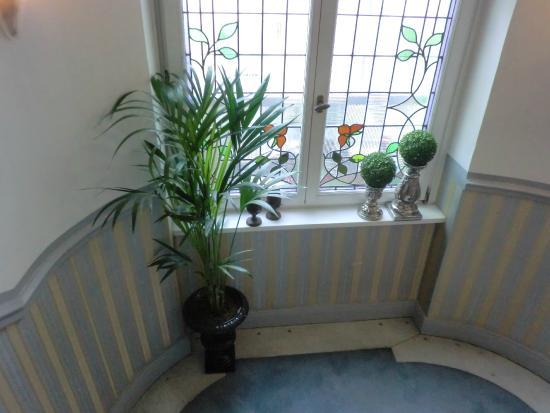 jugendstil im treppenhaus bild von hotel drei lilien. Black Bedroom Furniture Sets. Home Design Ideas