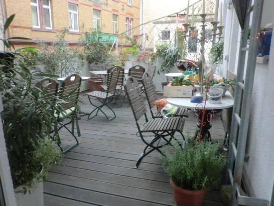 Hotel Drei Lilien: Die Frühstücksterrasse bei schönem Wetter (hier Dezember