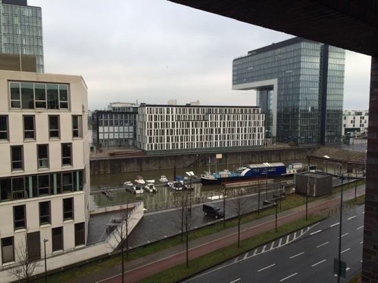 Novotel Köln City: zicht vanuit het hotel op de jachthaven.