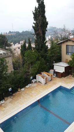 Villa Galilee: בריכת המלון והעיר צפת