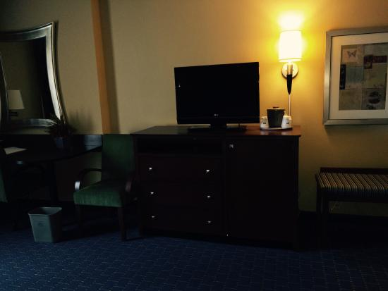 Quality Inn & Suites: Nice dresser with flat screen tv, clean drawers and dressing bench covered in matching fabric. A