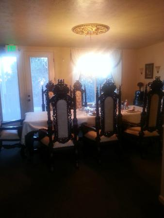 Lions Gate Manor: Beautiful dining area where breakfast was served.