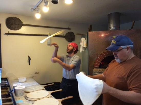 Fresh Wood Fired Pizza and Pasta : pizzaioli esperti a Fresh Wood Fired Pizza & Pasta