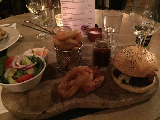 The King's Head Hotel: Cheese burger