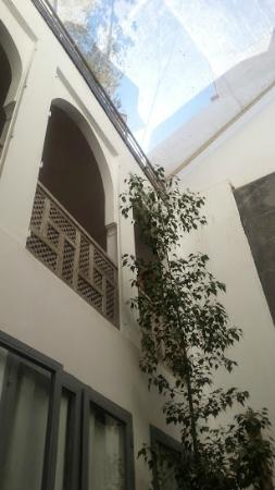 Riad Les Jardins des Lilas : The view of the interior