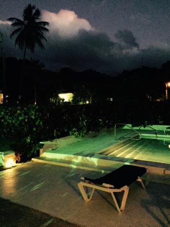 Regent Apartments Barbados: By night ��