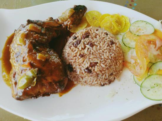 Surf Caribbean Food: Rice and beans con pollo Excelente sabor y la dueña Olguita una especialidad de persona. Recome