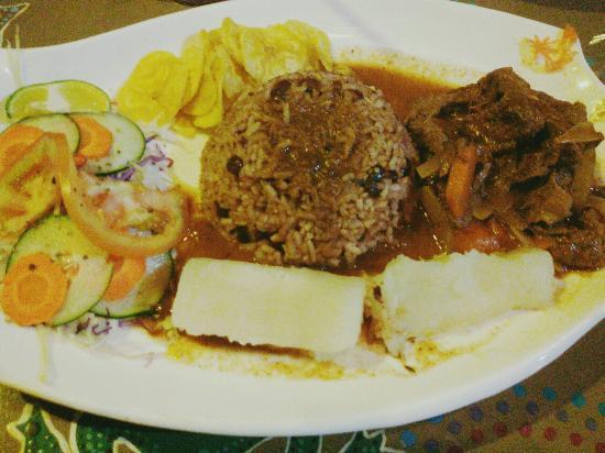 Surf Caribbean Food: Rice and beans con carne en salsa caribeña, puro sabor del bueno. Precios muy cómodos.
