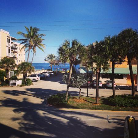 Sea Spray Inn: Literally 100 steps from the beach !