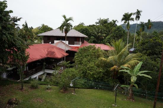 Slagon Homestay: Aussicht vom Zimmer auf Aufenthaltsbereich & Haus der Familie