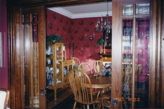 Amadeus Haus Bed & Breakfast: Dining Room view from Guest Mainfloor Livingroom