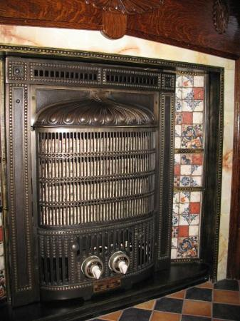 Amadeus Haus Bed & Breakfast: Restored Original to House 1927 Electric Fireplace