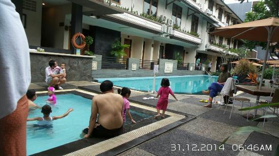 Gumilang Regency Hotel: Hingga jam 7 masih menggu agar bisa berenang. Air panas kolam anak bel di On. ( kami sekeluarga