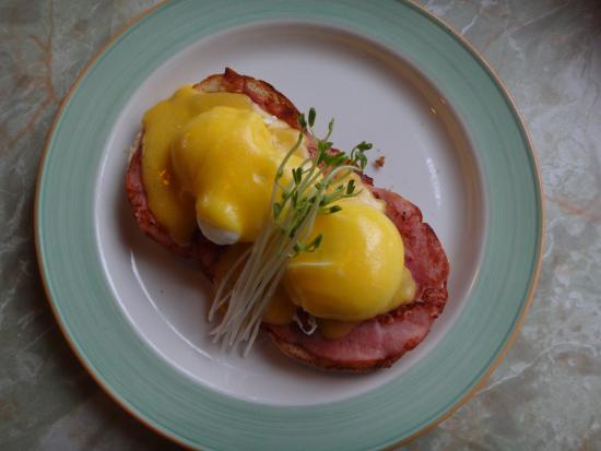 Yellow Bird Cafe: Eggs Benedict