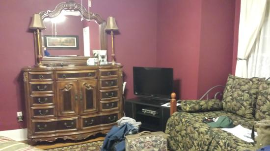 Robinwood Bed and Breakfast: View of the dresser and LED TV in Marion Room