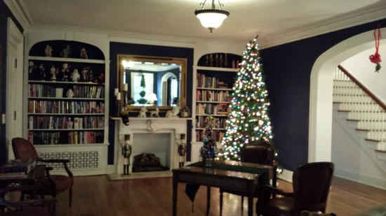 Robinwood Bed and Breakfast: Beautiful Christmas decorations in downstairs living room