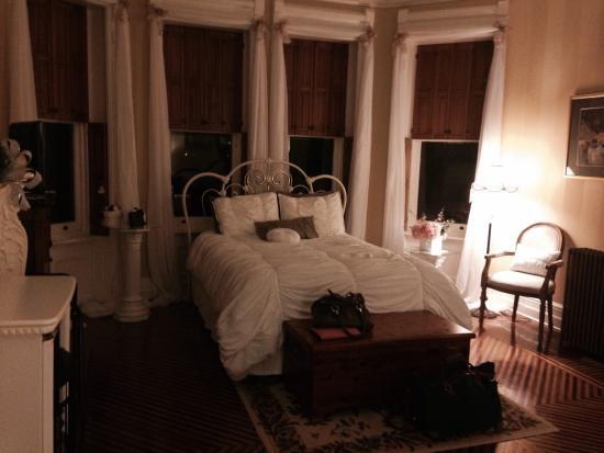 Reynolds Mansion Bed and Breakfast: Cherub room