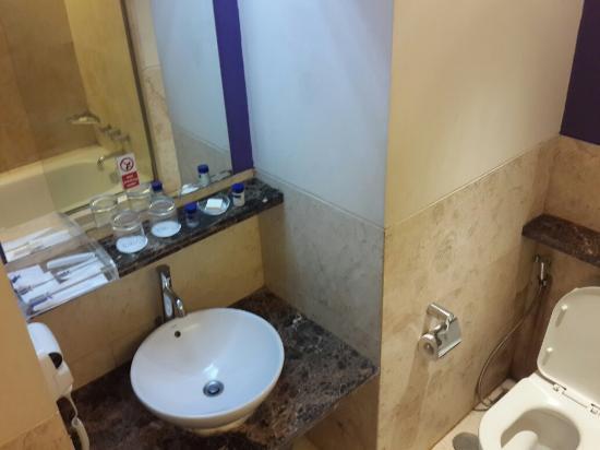 Grand Serela Setiabudhi: Grand Deluxe Bath room