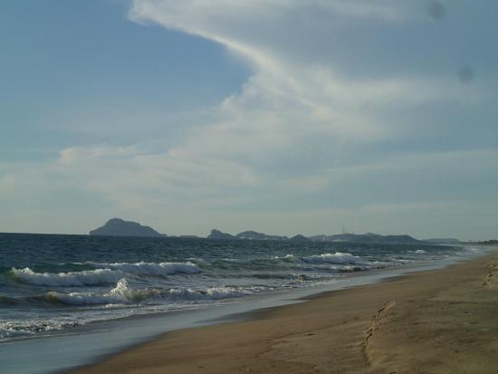 Estrella Del Mar Resort Mazatlan: Looking down the beach towards Stone Island and the city