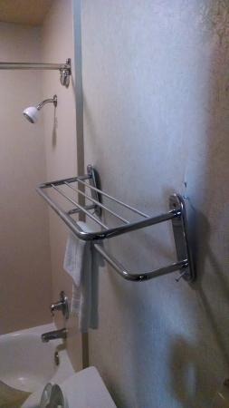 Comfort Inn & Suites: broken towel racks