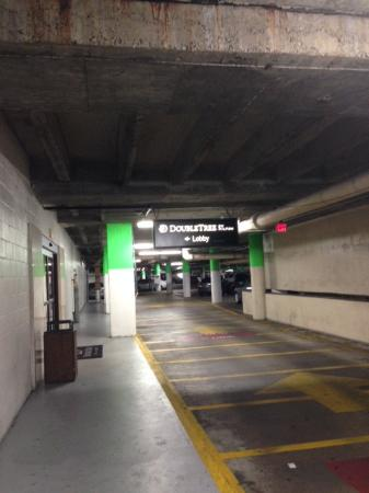 DoubleTree by Hilton Houston - Greenway Plaza : Parking garage access to lobby