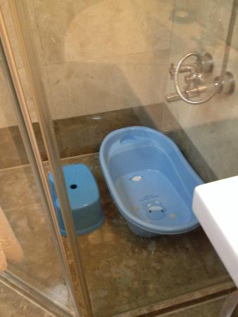 Beautiful Hotel Taipei : children bathtub and step stool