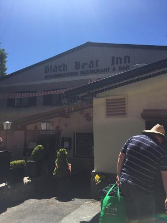 Black Bear Inn: Not much room between you and the road