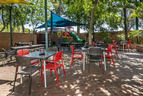 Quality Hotel Bayswater: courtyard and playground