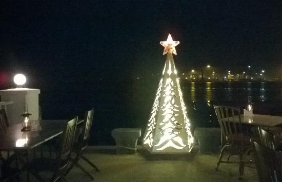 Fort House Restaurant: Thats a exceptionally cool christmas tree!