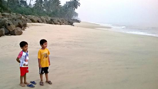 Pozhiyoram Beach Resort: The beach next to the resort