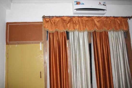 Hotel Sangam : Old, dirty linen - curtains