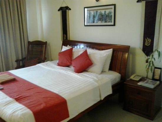 New Riverside Hotel: Bed