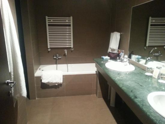 Bagno con vasca doccia separata wc separato foto di geovillage sport wellness convention - Bagno con wc separato ...