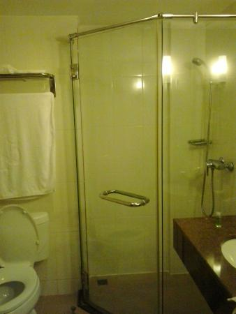 Dynasty Inn: Nice shower with glass walls