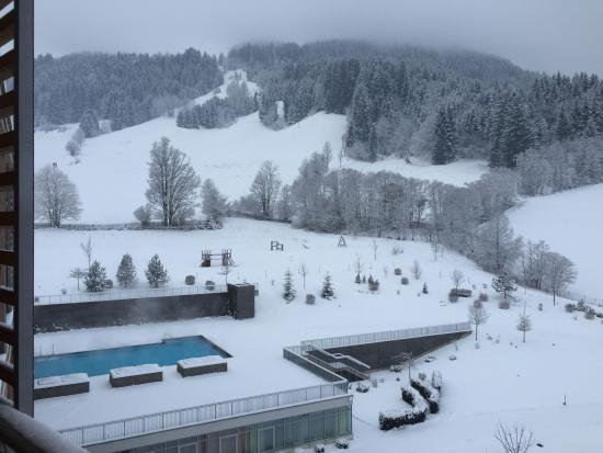 Kempinski Hotel Das Tirol: View from our room showing the one outside pool