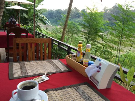 Villa Somphong: 川沿いのレストラン