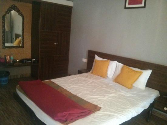 Hotel Bonanza: Bed was comfortable. Closet and mirror in good condition and clean