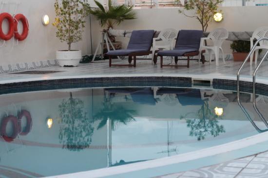 Savoy Park Hotel Apartments: ons heerlijke zwembad op het dak