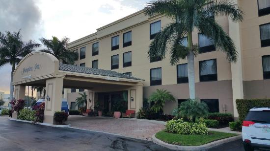 Hampton Inn West Palm Beach Florida Turnpike: Front of hotel.