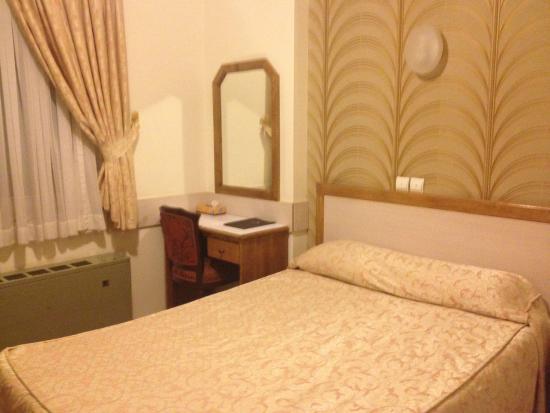 Aryo Barzan Hotel: bed