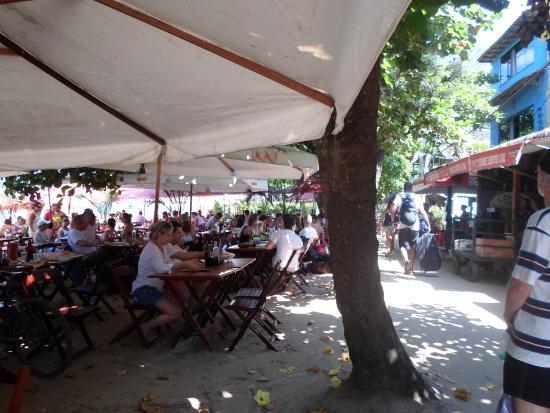 Pousada O Pescador: Restaurante na Praia do Abraão