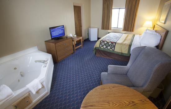 Super 8 Port Clinton: Jacuzzi King Suite
