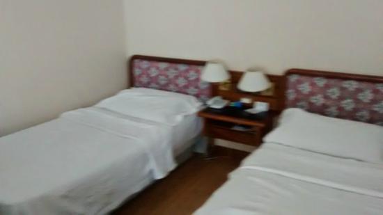 Hotel Sheltown : Camas quarto quádruplo