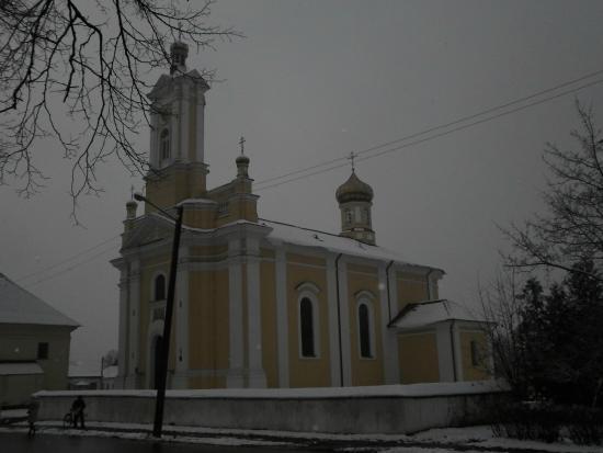 Ruzhany, Bielorrússia: Вид на Петропавловскую церковь с Центральной площади Ружан