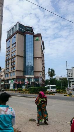 Holiday Inn Dar Es Salaam City Centre: Outside the hotel, posta Dar es salaam