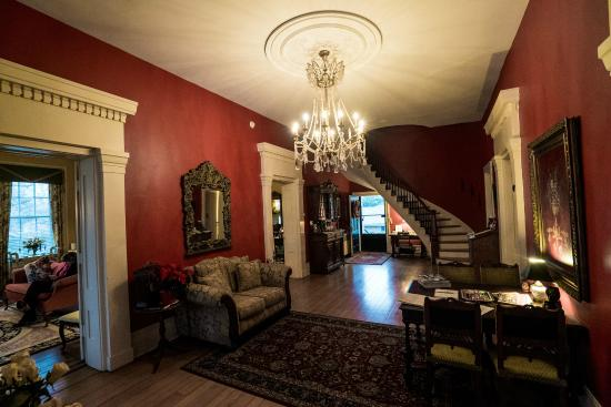 Bourbon Manor Bed & Breakfast: The foyer