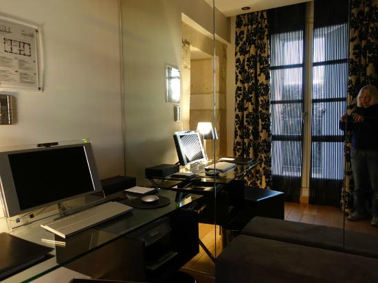 Le bureau avec son ordinateur sony photo de domaine de verchant
