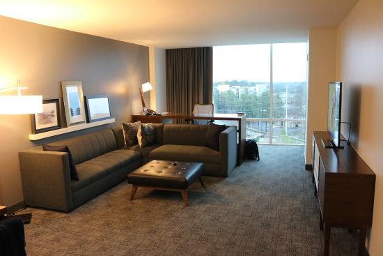 Le Meridien Atlanta Perimeter : Living room with a view