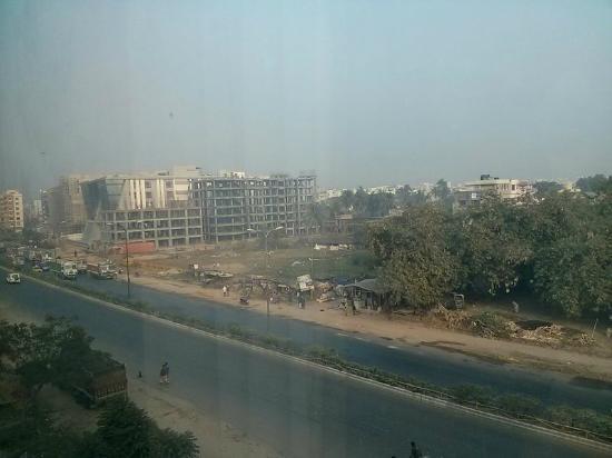 بيبال تري هوتل: View from 2nd floor room - road leads to airport